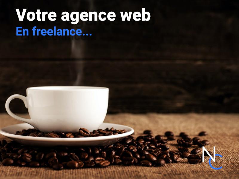 Un café dans une tasse, des grains de café et un texte : votre agence web en freelance