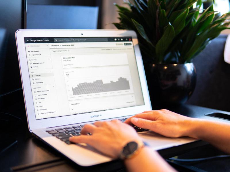 Image d'un ordinateur ouvert sur la Google Search Console