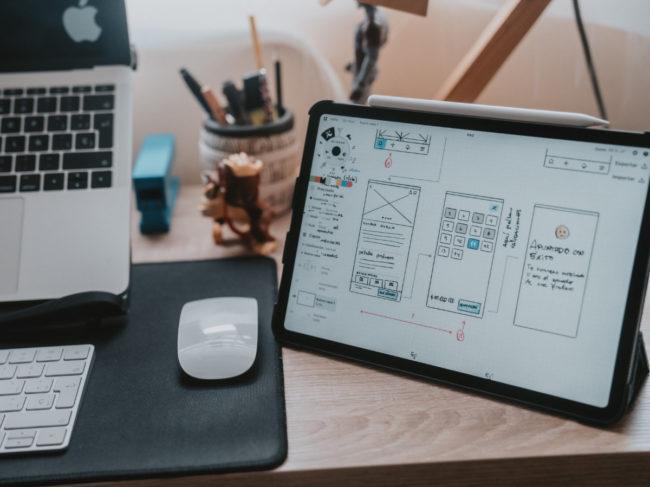 Une maquette de site internet sur une tablette