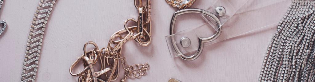 Divers bijoux sur un fond rose