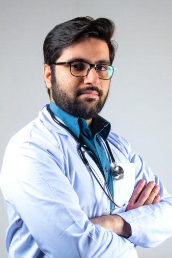 Docteur avec des lunettes en blouse blanche portant un stethoscope autour du cou