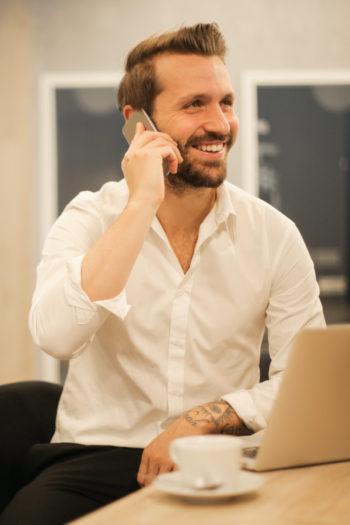 Entrepreneur en chemise blanche au téléphone