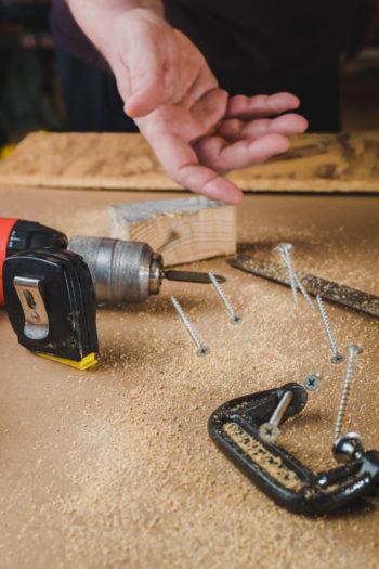 Plan de travail d'artisan avec des outils et des vis