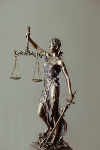 Statuette justice : une femme tient une balance et une épée