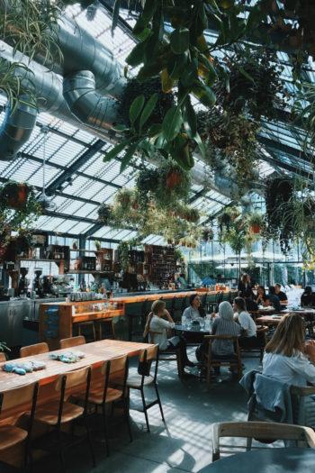Une salle de restaurant moderne